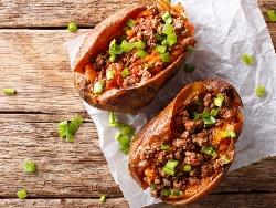 Картофи със сос болонезе - пълнени печени сварени картофи с кайма, домати, сметана, босилек и сирене пармезан запечени на фурна - снимка на рецептата